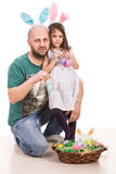 Hållande påskägg för fader och för dotter fotografering för bildbyråer