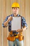Hållande paperclip för arbetare Royaltyfri Bild