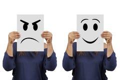Hållande papp för kvinna med den ilsken och leendeframsidan Royaltyfria Foton