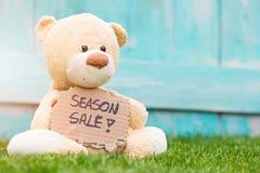 Hållande papp för nallebjörn med information -40% Royaltyfria Foton