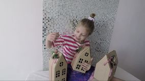 Hållande papphus för lycklig liten flicka i händer stock video