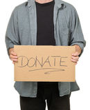 Hållande papptecken för man som kallar för donationer Arkivbild