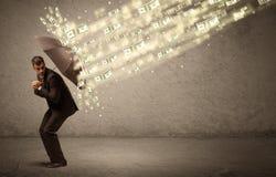 Hållande paraply för affärsman mot dollarregnbegrepp Fotografering för Bildbyråer