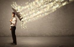 Hållande paraply för affärsman mot dollarregnbegrepp Arkivbild