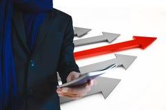 Hållande pass för affärsman, med för skepppilar för ledare 3d bakgrund för begrepp Arkivfoton