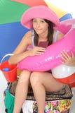 Hållande pass för Fed Up Bored Stressed Young kvinna med ferieobjekt Royaltyfria Bilder
