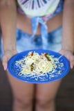 Hållande pastaplatta för kvinna Royaltyfria Bilder