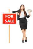 Hållande pengar för kvinnlig fastighetsmäklare Royaltyfria Foton