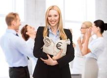Hållande pengarpåsar för affärskvinna med euro arkivfoto