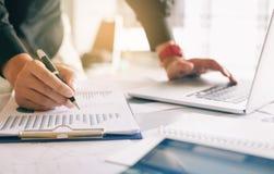 Hållande penna för affärsman och peka pappers- diagramöversiktsanalyzi Royaltyfri Bild