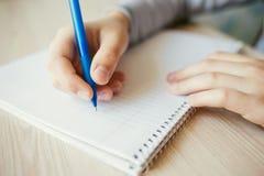 Hållande penna för unge royaltyfri fotografi