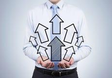 Hållande pilar för affärsman Arkivbild