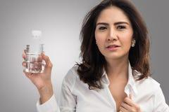 Hållande plast- flaska för affärskvinna av vatten arkivfoton
