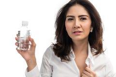 Hållande plast- flaska för affärskvinna av vatten Royaltyfria Foton