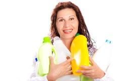 Hållande plast-flaskor för kvinna Royaltyfria Foton
