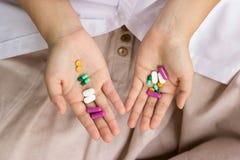 Hållande preventivpillerar för doktorshand Arkivbilder