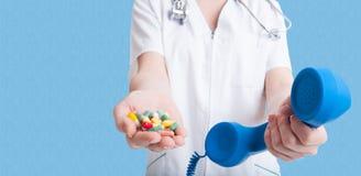 Hållande preventivpillerar för kvinnadoktor i en hand arkivfoton
