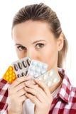 Hållande preventivpillerar för ung tillfällig kvinna. royaltyfria foton