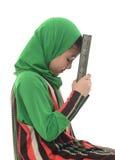 Hållande Quran för liten ung muslimsk flicka Arkivfoto
