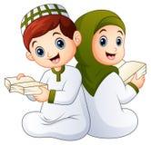 Hållande Quran för lycklig muslimsk unge vektor illustrationer