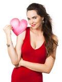 Hållande röd förälskelsehjärta för härlig förförisk kvinna. Royaltyfria Bilder