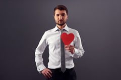 Hållande röd hjärta för allvarlig man Royaltyfri Bild