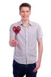 Hållande röd hjärta för valentindagman Royaltyfri Foto