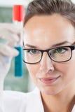 Hållande rör för labbtekniker Arkivbild