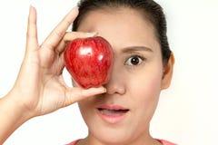 Hållande rött äpple för kvinna Arkivbild