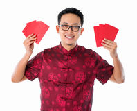 Hållande rött paket för asiatisk kinesisk man Arkivbild