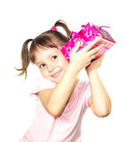 Hållande rosa gåvaask för liten flicka royaltyfria bilder