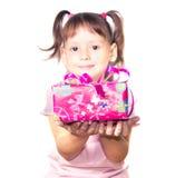 Hållande rosa gåvaask för liten flicka arkivbilder