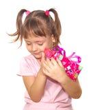 Hållande rosa gåvaask för liten flicka royaltyfri foto