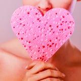 Hållande rosa hjärtasvamp för kvinna i händer Arkivfoto