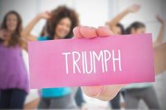 Hållande rosa kort för kvinna som säger triumf Arkivbilder