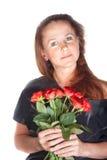 Hållande rosor för härlig kvinna arkivfoto