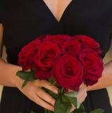 Hållande rosor för kvinna arkivfoton