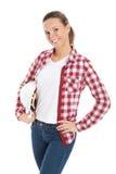 Hållande säkerhetshjälm för ung kvinna. royaltyfri bild