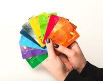 Hållande samling för kvinna av färgglade kreditkortar Royaltyfri Bild