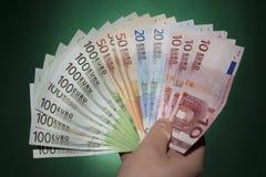 Hållande sedlar för hand Royaltyfria Bilder