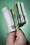 Hållande sedlar för hand Arkivbilder