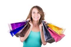 Hållande shopping för lycklig latinamerikansk kvinnlig shoppare Royaltyfria Bilder