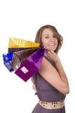 Hållande shopping för lycklig latinamerikansk kvinnlig shoppare Royaltyfri Bild