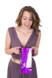 Hållande shopping för lycklig latinamerikansk kvinnlig shoppare Arkivfoto