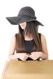 Hållande shoppingpåsar för asiatisk kvinna Arkivbild