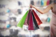 Hållande shoppingpåsar för kvinna arkivbilder