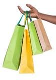 Hållande shoppingpåsar för manlig hand Royaltyfri Fotografi