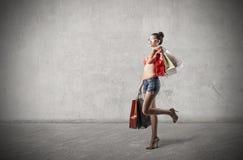 Hållande shoppingpåsar för trendig flicka Arkivfoto