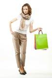 Hållande shoppingpåsar för ung kvinna arkivfoto