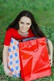 Hållande shoppingpåsar för ung kvinna Fotografering för Bildbyråer